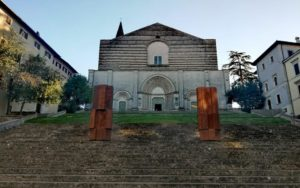 Todi - Beverly Pepper - Beverly Pepper tra Todi e il mondo - mostra - colonne di Todi - San Fortunato -Beverly Pepper between Todi and the world – 2019